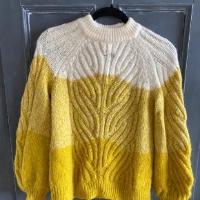 Second Female Sweater, Næsten som ny. Sundbyvester - Second Female Sweater, Sundbyvester. Næsten som ny, Brugt og vasket et par gange men uden mærker eller skader