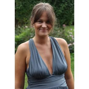 Den skønneste kjole fra h&m. Brugt under graviditet til bryllup, men er ikke fra mama linjen. Passer str.38-40. Er smuk til både mave og uden. Der er god stretch i. Er i et skønt tungt plisseret jerseystof med underkjole også. Smukt kryds på ryggen.