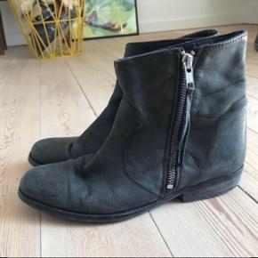 Godt brugte støvler i læder med lynlås i siden fra Shoe Shi Bar 🌸 hælen kunne godt trænge til en udskiftning! Nyprisen var 700 kr.  Bemærk - Sendes med DAO (37 kr), bytter ikke og sender ikke billeder med varen på ⭐️☺️