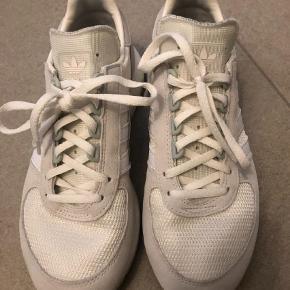Varetype: Sneakers Størrelse: 41.5 Farve: Hvid Oprindelig købspris: 800 kr.  Næsten helt nye Adidas Marathon uden brugsspor da kun brugt 1 gang