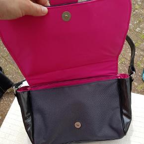 Varetype: Legetøj Størrelse: 5 Farve: Sort  Sød taske med Hello Kitty mærke. Tasken er sort med pink foer. Mp kr 25,- pp
