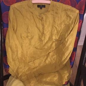 Super lækker guldfarvet / karrygul skjorte i 100 % silke. Strukket en lille smule i stoffet ved den ene armhul.