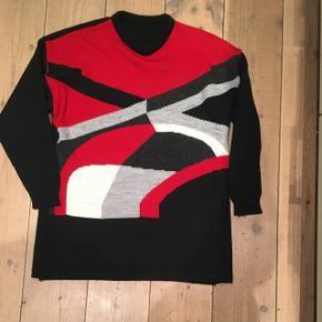 Vintage sweater i flotte farver. Str 40. Standen er perfekt. 70 % akryl og 30 % uld.