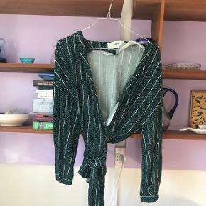 Grøn slå om skjorte fra moves med brede bindebånd.