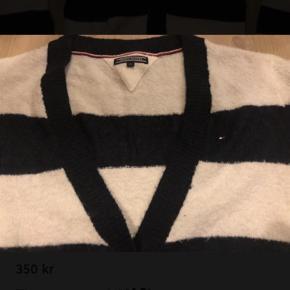 Dejlig varm og blød strikket cardigan fra TH.  Brugt få gange så er i flot stand.