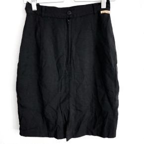 Vintage nederdel har en lille slids foran    størrelse: 38   pris: 70 kr   fragt: 37 kr