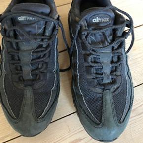 Super fine Nike air max 95, som er blevet brugt utroligt sjældent, max 10 gange. De mangler et nyt liv, da de har stået i skabet alt for længe:)