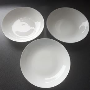 3 dybe tallerkener med sort kant. Ø ca. 21 cm. Ingen skår eller revner. Sælges samlet for 50 kr.  Hentes i Roskilde.