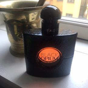 """Sælger denne Black Opium Parfume fra YSL.  50 ml - der er brugt max 2 ml og den fremstår derfor som ny, er ca. 5 mdr. gammel. Jeg har desværre ikke længere kassen.  Vejl. udsalgspris fra ny er 660,-.  Kunne ikke drømme om at sælge et """"brugt"""" beauty produkt, jeg ikke kan stå inde for.  Kan sendes med DAO via Trendsaleshandel eller mødes og handle i København K :)"""