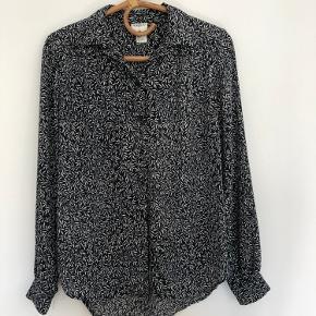 Fin mørkeblå skjorte med hvidt mønster.