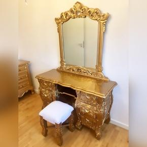Guld makeup bord.  Nypris 7.300 kr. Købt fra UK i 2018. -SKAMMEL MEDFØLGER!  Længde: 125 cm Dybde: 50 cm Højde m. spejl: 185 cm Højde u. spejl: 75 cm
