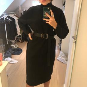 Sort sweaterkjole fra Zara. Brugt en enkelt gang men fremstår som ny. Fitter en S/m.  Bæltet er medfølger ikke.