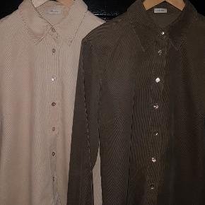 Varetype: skjorte Farve: lysebrun og sart rosa. Oprindelig købspris: 1200 kr.  Som helt nye - virkelig bløde Noa Noa fløjl-skjorter.   Nyprisen er 600 kr. pr. styk - begges sælges for i alt 500 kr.  Stykprisen er 300 kr.