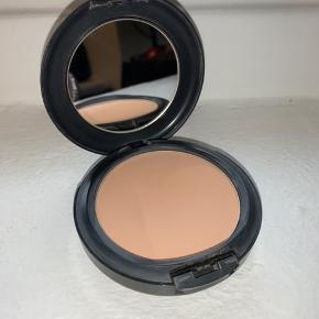 Sælger denne Studio fix powder plus foundation fra MAC Cosmetics i farven nw30  ~MAC Cosmetics Studio Fix Powder er en mat, fast foundation i pudderform, der dækker urenheder, pigmentforandringer, porer og røde plamager, så du får et glat og fejlfrit finish. Pudderen er medium til fuld dækkende~  Den er kun prøvet på en gang, og sælges da farven ikke passer til min hudfarve   Nypris var 265 DKK Prisforslag: 130 DKK  Jeg er åben for bud, og spørg endelig også gerne efter flere billeder eller informationer   Kan sende idag😊📦