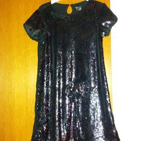 Paillet kjole. Changere i lilla - lidt svært at se på billedet. Bagsiden er i blødt sort stof (uden palietter) Festkjole