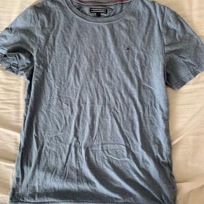 Jeg sælger min Tommy Hilfiger t-shirt.  Det er i en børne størrelse: 176 som svarer til en 15-16 år.  Den er købt nogle måneder tilbage.😊 Der er ikke noget slid eller pletter.😃  BYD BYD BYD...😆💗