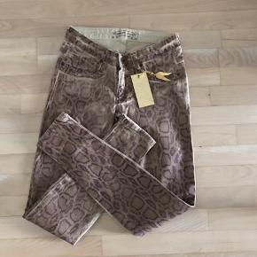Nye bukser i str. 26 Ben længde målt fra skridt ca. 72 cm BYD 😊