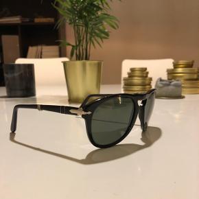 Klassisk solbrille fra Persol. Har været brugt en del, men med jævne mellemrum. Kom med et realistisk bud.