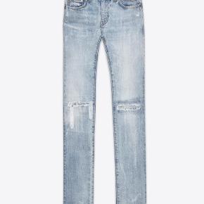 Varetype: D02 Vintage Blue Skinny Jeans Størrelse: 27 Farve: Denim Oprindelig købspris: 4800 kr. Kvittering haves. Prisen angivet er inklusiv forsendelse.  Saint Laurent bootcut jeans, model D02.  Størrelse 27 Low wasted skinny fit i washed blue denim. Rå syninger som detalje på begge knæ. Ben åbning 15.5cm   Brugt få gange og fremstår fuldstændig ubrugt.   Købt i Paris og sælges i perfekt købt stand med original tag samt kopi af kvittering.   Nypris 4.500kr Sælges for 2.900kr inkl forsendelse.