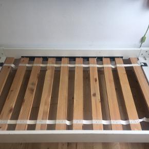 Fin børne udtræksseng  med brugsspor, men fuldt funktionsduelig.  Længde 202 cm bredde 89 cm.  Både fodende og hovedgærde kan slås op, så er den ca. 150 cm. i længden.  Inkl.  God skumgummimadras uden pletter  Natlampe (se billedet) Beskyttelseslagen 2 lagener Kasse til opbevaring under sengen