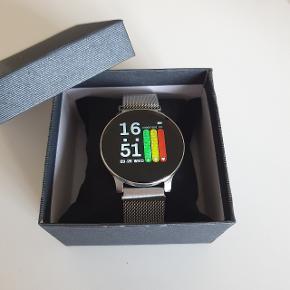 """Smartwatch Pris : 250 kr Dette smartwatch er den perfekte ledsager til din træning og udendørs aktiviteter. Kalorier:Måler brændte kalorier, så du helt kan have styr over, hvor mange skridt du har brug for at tage Pulsmåler:24 timer i alt vejr kan den måle dine pulsændringer og viser dig en klar oversigt af data på appen. Blodtryksmåler:Indbygget optisk blodtrykssensor. Måling af ilt i blodet:Måler ilten i blodet og holder din krop på et sundt niveau. Søvnovervågning: Overvåger brugerens dybe-ellerlette søvntilstand,hjælper med at forbedre søvnkvalitet ogat holde huden sund. Viser også temperaturen. Er en godnotifikationsmeldertilindgående opkald,SMS'er,ogApppushmeddelelser. Gå aldrig glip af vigtige beskeder, mens du dyrker sport eller er i et møde Batteri: 280 mAh kan holde til 15 dages standbytid,5 dage ved brug. Bluetooth V 4.2 Urremme length: 24 cm,lukkes nemt med magnet lås. Størrelse: 1.3 """" Datasynkronisering IP6i tæthedsklasse hvilket betyder at det kan holde til lidt af hvert. Vandbeskyttelse : 30 m Glas : 2.5 D Tempered SøgWearFiti Google Play eller IOS for at downloade appen."""