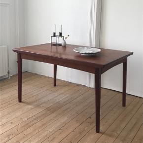 Smukt spisebord i teak, med plade skjult i sarg👍🏻 135x85 cm H:75 cm. Pladen måler 61 cm.✅ Almindelige brugsspor🙂