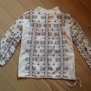 Varetype: Broderet skjorte Størrelse: 3 Farve: Hvid/mørkebrun Oprindelig købspris: 2395 kr.  Håndbroderet skjorte fra det hippe Odd molly i 100% bomuld. Er strygefri og sidder flot, da der er mulighed for at snøre den ind i taljen med bindebåndet 👌   Fejler intet og kommer fra ikke-ryger hjem ✔️   MENS DU ER HERINDE KAN DU JO SAMTIDIG TAGE ET KIG PÅ ALLE MINE ANDRE MÆRKEVARER TIL BÅDE BØRN OG MAND SAMT DIVERSE LÆKRE TING TIL BOLIGEN 😄👌😊