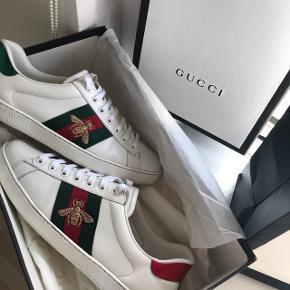 Sælger mine elskede Gucci bee sneakers, da de desværre ikke bliver brugt nok, som ønsket.  Størrelse 41  De er blevet passet meget godt på, og fejler absolut ingen ting! Vil selv vurdere dem, til at være en god cond 8-9/10   Nypris 4000kr   Der medfølger boks, Gucci pose og dusch bags