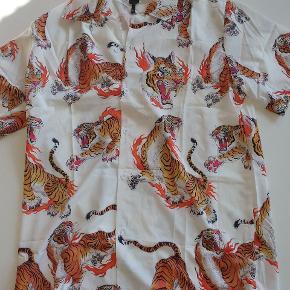 Short sleeve Tiger Pattern Shirt Str. XL  Købt i Vietnam marked sidste år, Unbranded  Sælges da den ikke rigtigt bruges