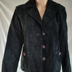 This is a used black leather jacket. The jacket has buttons with little purple flowers in them. There are pockets on the side of the jacket.  The back of the used black leather jacket has a nice button as well.   There is a nice outline of silver thread that goes around the jacket. The brand is Bernardo purchased in the USA and is a size small.   visit debstilbud.dk