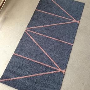 Gulvtæppe/gulvløber fra Mette Ditmer i blå og lyserød