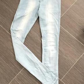 Varetype: NYE    Jeans Størrelse: XS Farve: se billede Oprindelig købspris: 599 kr.  Super udsalg.... Jeg har ryddet ud i klædeskabet og fundet en masse flotte ting som sælges billigt, finder du flere ting, giver jeg gerne et godt tilbud..............   Flot Ny Jeans aldrig brugt nypris 399kr. sælges billigt for kun 120kr. bukserne er vasket  Sendes med DAO / Coolrunner