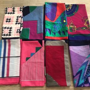 Flotte vintage tørklæder i forskellige farver og designs.