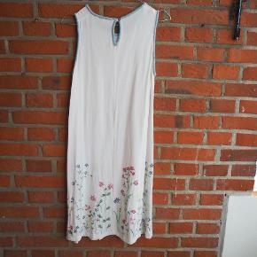 Vintage Længde - fra armhule til bund er den 66 cm lang Med broderet blomster Hvid kjole med farverige blomster. Passer godt til foråret