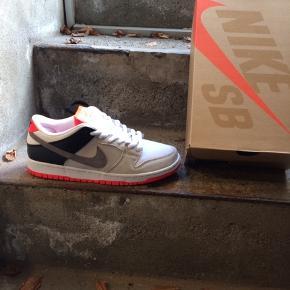 Nike sb dunk low.  Aldrig brugt original kasse følger naturligvis med.  Size EUR 42,5 US 9 Pris 1000 kr  Kan muligvis skaffe andre str.  Pris 1100