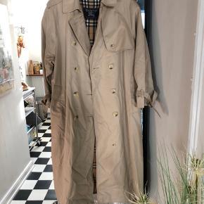 Vintage Burberry trenchcoat i super stand. Netop kommet hjem fra rens  Kan passes af str. 36-42