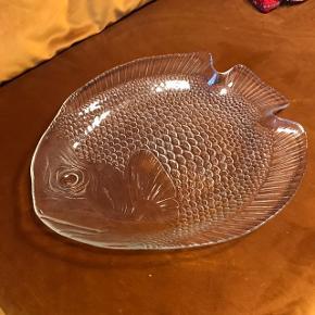 FEDESTE fiskefad 😍 kæmpestort, måler ca. 40 x 32 cm. To stk. haves, prisen er pr. stk. Har patina, men ingen afslag 🐟 perfekt til fiskeretter, som frugtfad eller til at have lidt fine vaser stående på 🍋 virkelig et lækkert musthave!   Bemærk - afhentes ved Harald Jensens plads eller sendes med dao. Bytter ikke 🌸  💫 Loppe retro retroguld loppefund fisk fiskefad fad glasfad glasfisk glas