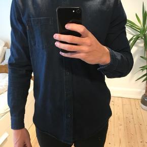 Jeg sælger min Supreme skjorte, som er købt i den originale butik i New York.   Ny pris 1200 kr.