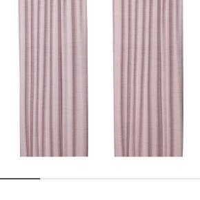 """Hilja gardiner 145x300 cm   Udgået farve """"pink"""" for mig er den mere Rosa.   De fremstår som nye, har kun hængt på min datter værelse i kort tid.   De er ikke vasket med kan vaskes på 40g og tørres på lav temperatur, max 60g   Der er 2 sæt.   Pris 70kr pr sæt Nypris 129kr pr sæt  Spørg endelig 😁"""