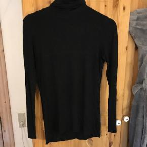 Sælger denne fine trøje. Prisen er ikke fast, så kom med et bud. Trøjen kan sendes, men på købers regning.
