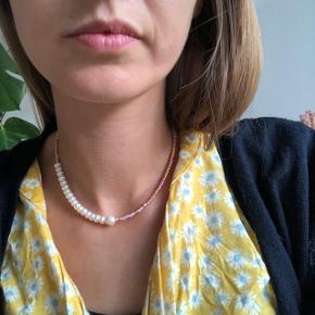 Perlehalskæde med guld og lyserøde perler og en række af 🐚 ferskvandsperler Lås: forgyldt sterlingsølv   💌💵Prisen er inkl Porto med postnord   #secondchancesummer