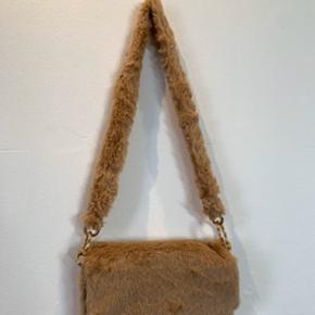 FEDESTE beige/creme/brune taske af falsk pels.  Denne fake fur taske er aldrig brugt, og sindssygt fed !!