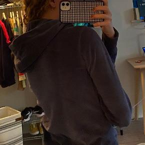 Jeg sælger min flotte Champion hættetrøje 😊 -Str s -Materiale 82 % Cotton 18 % polyester  -Er virkelig behagelig at have på -Skriv for flere billeder <3  Husk at tjekke min profil ud for flere gode tilbud😀