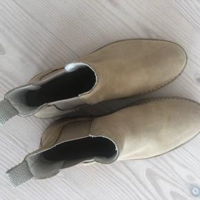 Chelsea boots fra Mads Nørgaard i sandfarve. Brugt en 2-3 gange kun. Størrelse 43. Nypris: 1400 kr.   * Bor i Horsens, men arbejder i Aarhus, så kan hentes/prøves i begge byer. Sender selvfølgelig også.