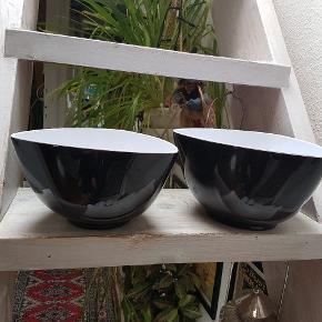 2 flotte Herstal skåle i sort/Hvid den store måler20×12cm og den mindre 22×13cm har kun stået fremme til pynt,sælges for 50 kr pr stk