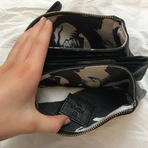 Adax pung i virkelig lækkert læder.  Den er brugt meget få gange og der er derfor ingen brugsspor. Den kan også bruges som clutch evt.
