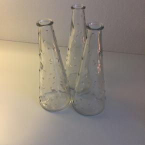 Glasvaser fra IKEA. Har tre stk. De er som nye - de har ikke været brugt som vaser. Mål: H 19 cm og diameter af bund er syv cm.  Sender gerne  Prisen er pr. stk.