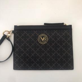 By Malene Birger lille taske. Aldrig brugt og fejler derfor ingenting!  Har dog ikke mærket på den længere.  Nypris 250 kroner.  Sælger den for 130 kroner med fragt.