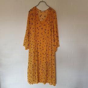 Oversize kjole med underkjole. Er lagt op for neden da den var meget lang. Er helt lang til en person på ca 165 cm.