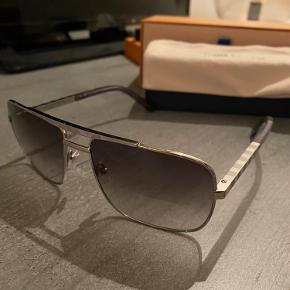 Sælger de her nærmest helt nye briller   De er nærmest helt nye, de fejler intet   Nypris er 3600kr   Min pris er 2700   Alt OG medfølger